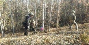 Araziye gizlenen toz esrarı narkotik köpekleri buldu