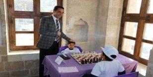 Öğrenciler satranç turnuvasında ter döktü