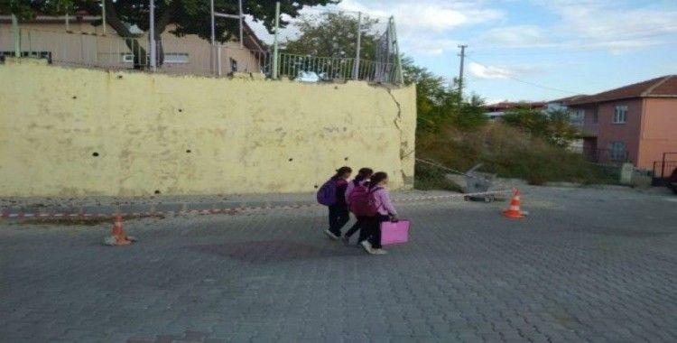 Okul duvarındaki çatlak mahalleliyi tedirgin etti