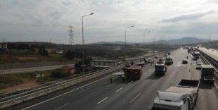 Kuzey Marmara otoyolunda ciple çarpışan kamyon devrildi
