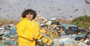 Profesör çöp depolama alanında atıklara dikkat çekti