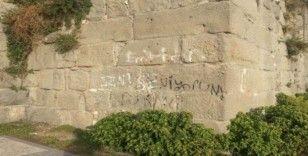 Tarihi Amasra kalesinin surlarını bilinçsizce boyadılar