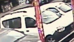 Yol üzerinde bekleyen genç kıza araba böyle çarptı
