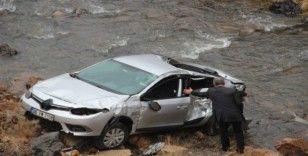 Sivas'ta otomobil ırmağa uçtu: 2 yaralı