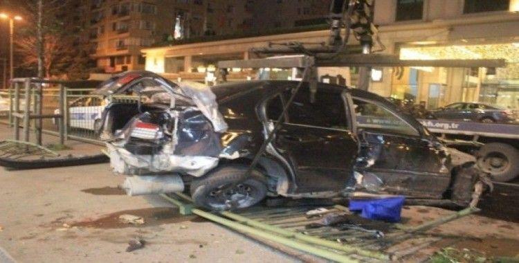 Beşiktaş Barbaros Bulvarı'nda otomobil bariyerleri parçaladı: 1 yaralı