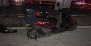 Frenleri tutmayan otomobilin çarptığı moto kuryeyi kaskı korudu