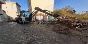 Gölbaşı Belediyesi metruk binaların yıkımını gerçekleştirdi