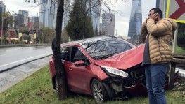 Kayganlaşan yolda otomobil refüje çıktı, sürücü ölümden döndü