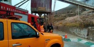 Taş kırma makinesine düşen işçi öldü
