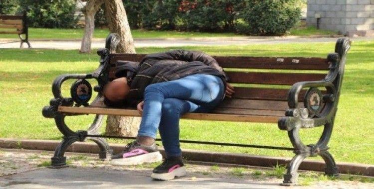 Uyuşturucu ve alkol alan genç kadın bankta sızıp kaldı
