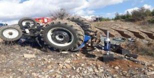 Çift sürerken devrilen traktörün altında kaldı