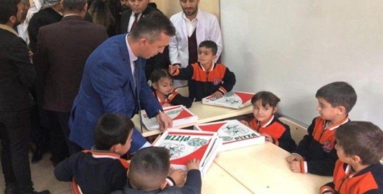 Sınır köylerinde okuyan öğrencilere pizza sürprizi