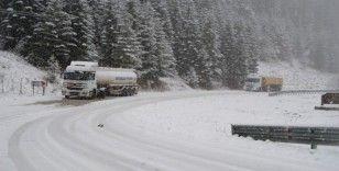 Aniden bastıran kar yağışına hazırlıksız yakalanan sürücüler zor anlar yaşadı