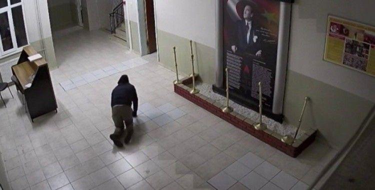 Okula giren hırsız, dışarıdan görünmemek için emekleyerek üst kata çıktı