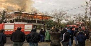Sakarya'da çıkan yangında çatı katı alev alev yandı