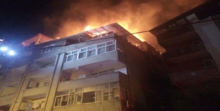 4 katlı binanın çatı katı alev alev yandı