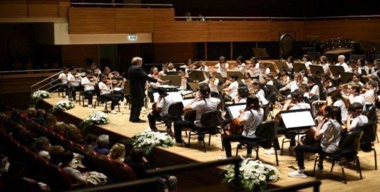 Yorglass Barış Çocuk Senfoni Orkestrası genç piyanist Can Çakmur'a eşlik etti
