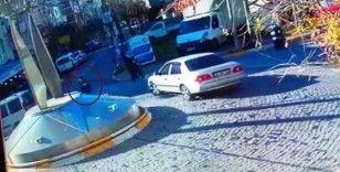 Avcılar'da evlerinin yakınındaki markete giden dede ile torununa araba çarptı