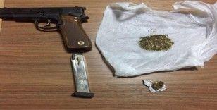 Aracında uyuşturucu ve tabanca bulunan şüpheli tutuklandı