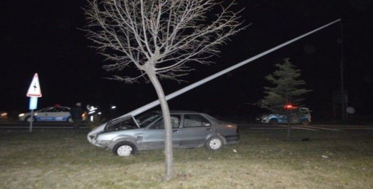 Otomobili ile direğe çarpan sürücü yaralandı