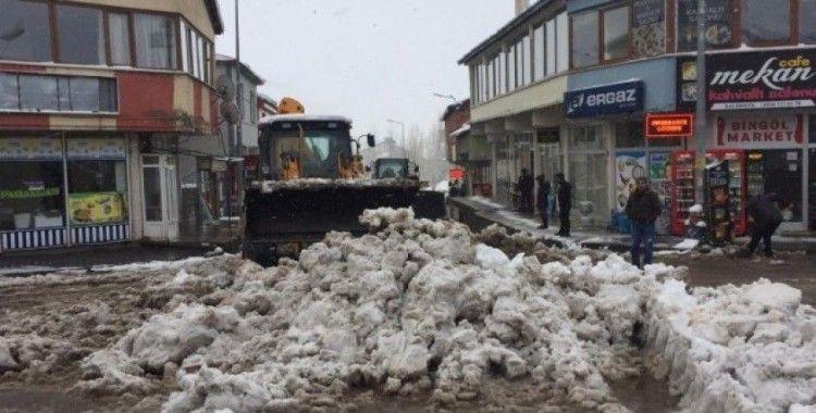 Karlıova'da kar kamyonlarla ilçe dışına taşındı