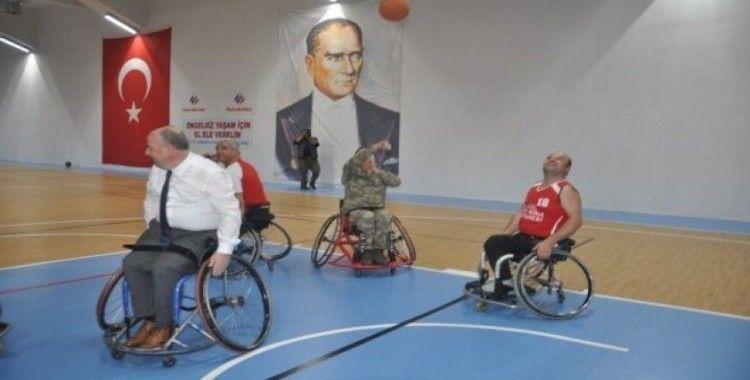 Vali ve Garnizon Komutanı engellilerle basketbol oynadı