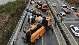 Tem'de çöp kamyonu yan yattı, Trafik kilitlendi