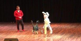 12 yaşındaki fiziksel engelli Süleyman Konukçu yaptığı akrobasi hareketleriyle izleyenleri büyüledi