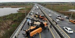 Yan yatan çöp kamyonu TEM otoyolunu trafiğe kapattı