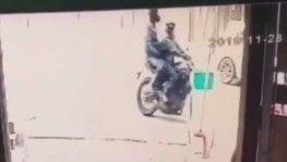 Kasklı hırsızlar, motosikleti güpegündüz çaldı