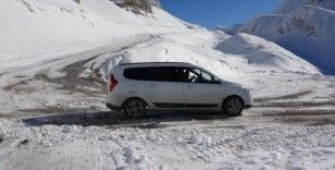 Sürücüler karlı zeminde rampayı geri geri tırmandı