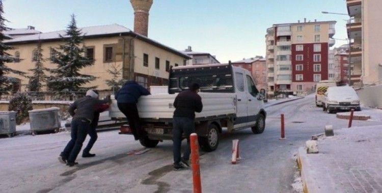 Buz tutan yolda kalan araçların yardımına vatandaşlar yetişti
