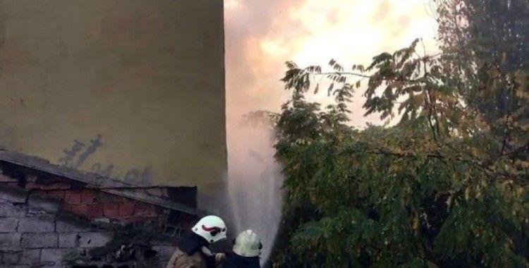 Beyoğlu'nda yangın paniği mahalleliyi sokağa döktü