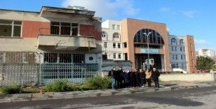 Veliler, okulun yanındaki atıl binanın yıkılmasını istiyor