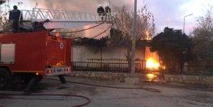 Antalya'da çıkan yangında 2 ev kullanılamaz hale geldi