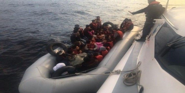 Enez açıklarında lastik bot içinde 38 düzensiz göçmen yakalandı