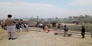 Pakistan'da trenle kamyon çarpıştı: 1 ölü, 8 yaralı