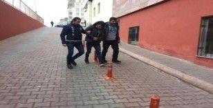 Araçlardan hırsızlık yaptığı belirlenen 3 şüpheli yakalandı