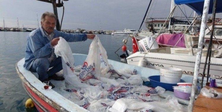 Balık yerine naylon poşet yakaladı