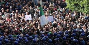 Cezayir'de halk seçim öncesi sokaklarda