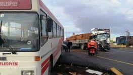 Tır durakta yolcu alan halk otobüsüne çarptı