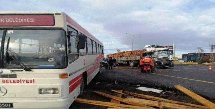 Tır durakta yolcu alan halk otobüsüne çarptı: 11 yaralı