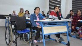 Tekerlekli sandalyeyle okula giden Kardelen'e en büyük destek arkadaşından