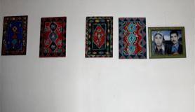 Anadolu motiflerini fırça darbeleriyle işliyor