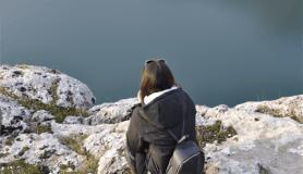 Kartpostallık manzarada doğa yürüyüşü