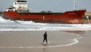 İsrail'de ticari kargo gemisi kıyıya sürüklendi