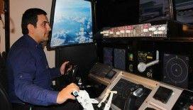 Kokpite çevirdiği evinin bir odasında simülatör üretiyor