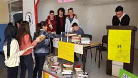 Karamanlı öğretmen ve öğrencilerden Mehmetçiğe kitap