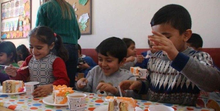 Köy köy gezip çocuklara doğum günü kutlaması yapıyor