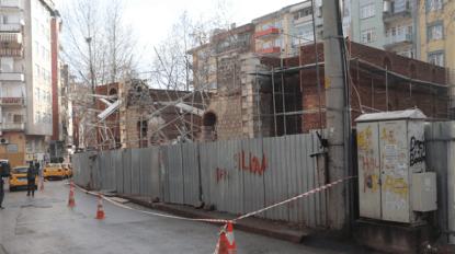 İzmit'te tarihi caminin duvarları restorasyon sırasında yıkıldı
